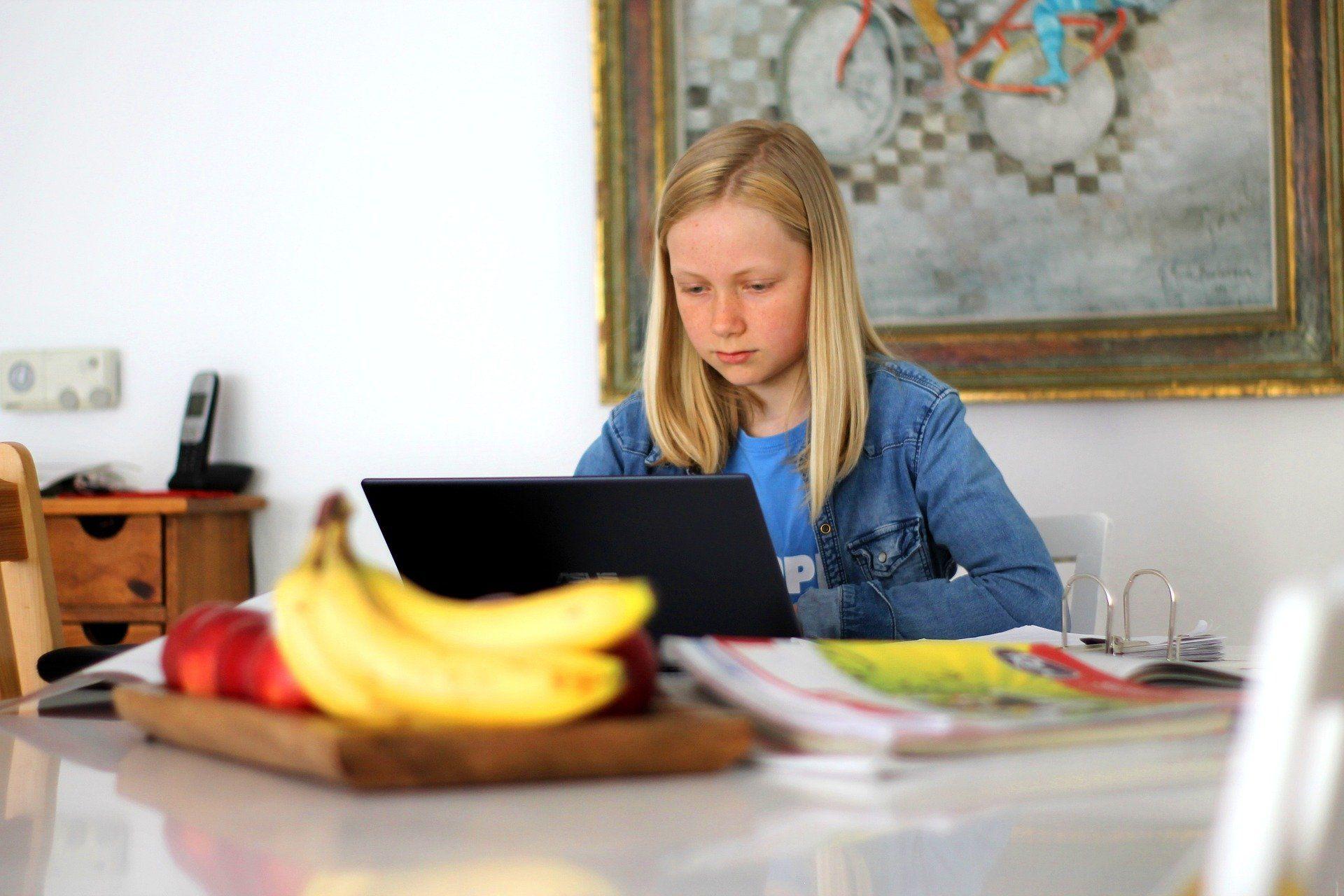 Die meisten Kinder sind beim digitalen Lernen Elektrosmog ausgesetzt.